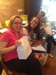 A Teresa ( blog Dia Dia Diabetes) e a Kath ( blog Diabetes e Voce) conferindo o lançamento!